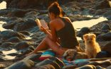 800px-Woman_reading_at_the_beach-2