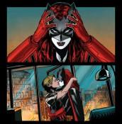 Batwoman 23, kiss