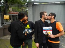 Kissing for equality in Mexico (Photo: Alex Lug)
